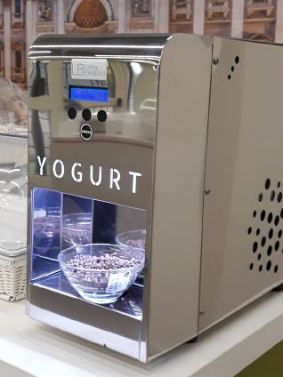 Dispensador de sobremesa que suministra yogur fresco de un solo sabor.